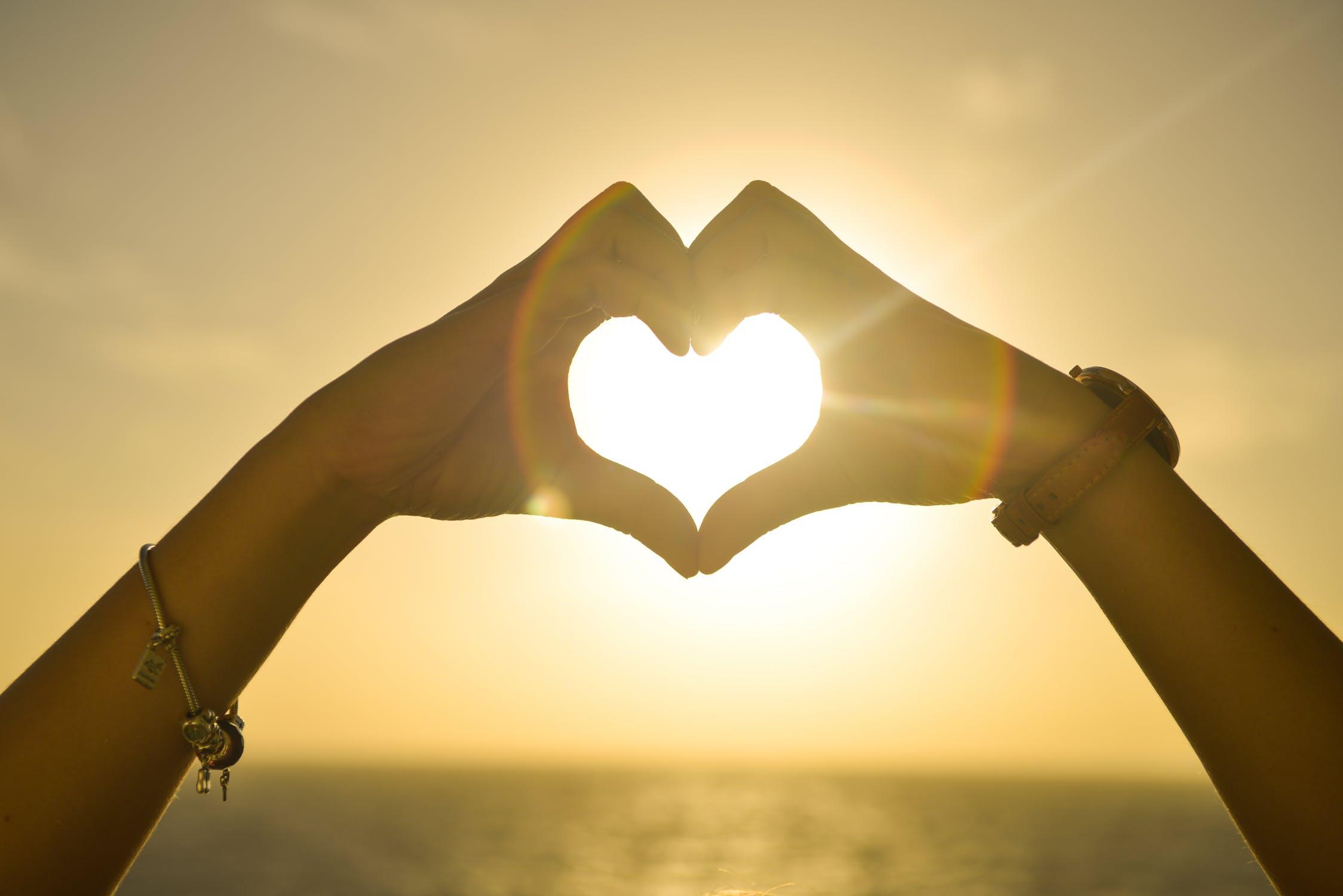 Красивые картинки на аву сердечки руками